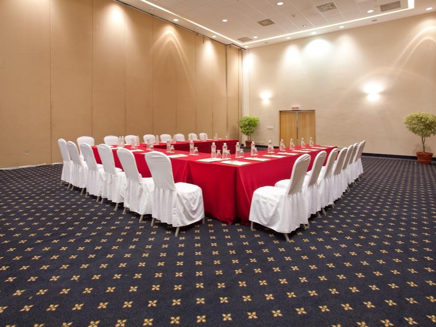 Cada uno de nuestros salones tiene capacidad de 150 personas en montaje auditorio.